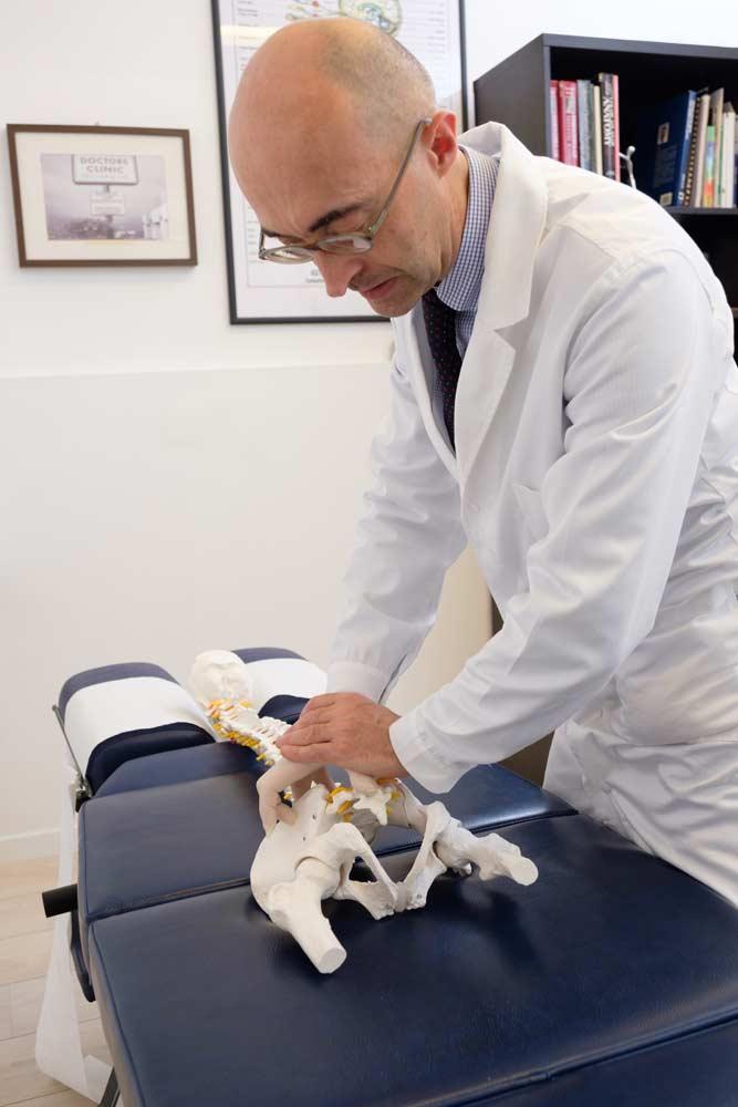 Dr Clementoni simula trattamento chiropratico specifico