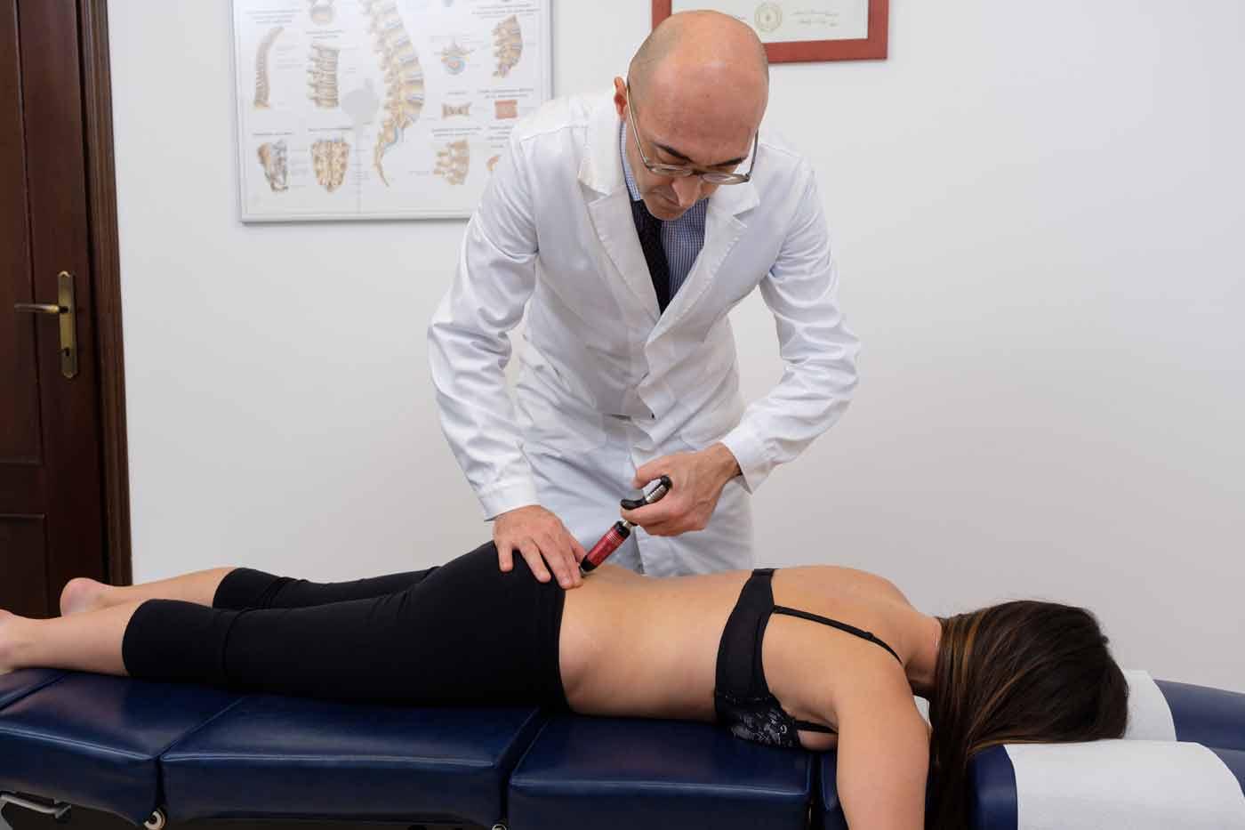 TRATTAMENTO con strumento chiropratico americano specifico